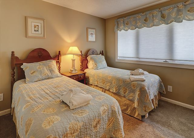 Shorewood 308 - Bedroom 2 with Twin beds, Flat Screen TV & Hall Bath - HiltonHeadRentals.com