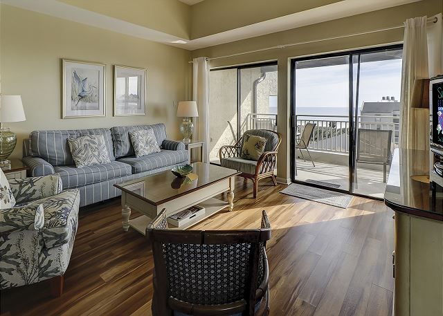 Shorewood 539 - Ocean View Living Room with Flat Screen TV & Sleep Sofa - HiltonHeadRentals.com