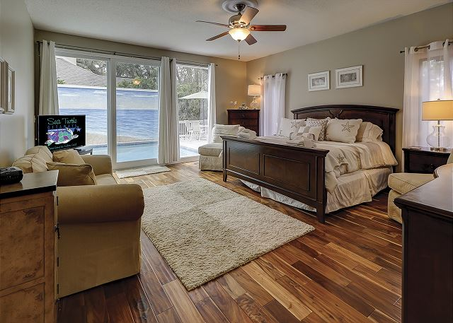 Water Oak 33 - Master Suite with King bed, Flat Screen TV & Private Bath - HiltonHeadRentals.com
