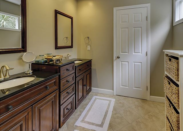 Water Oak 33 - Master Bath with Tub/Shower Combo - HiltonHeadRentals.com