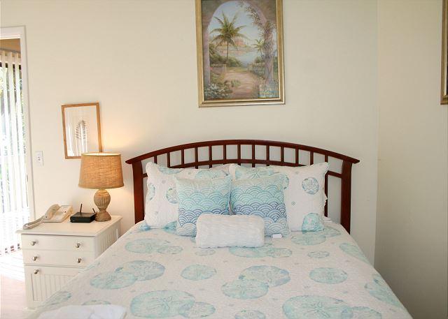 Night Heron 10 - Master Bedroom with Queen Bed, Flat Screen TV & Private Bath - HiltonHeadRentals.com