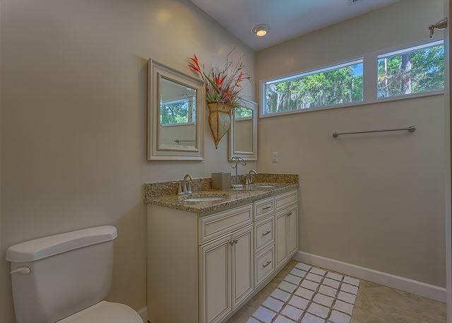Water Oak 33 - Bedroom 2 Private Bath with Tub/Shower Combo - HiltonHeadRentals.com