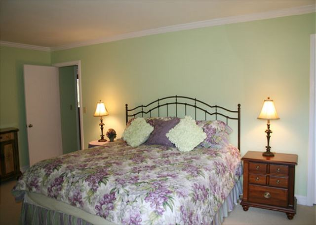 Red Maple 20 - Master Bedroom with King bed, Flat Screen TV & Private Bath - HiltonHeadRentals.com