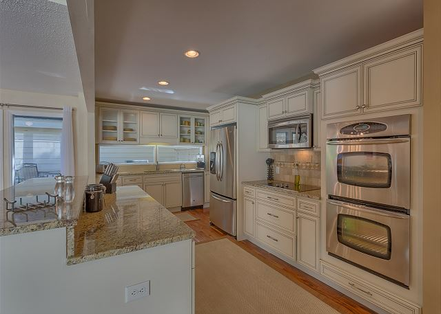 Water Oak 33 - Fully Equipped Kitchen with Center Island - HiltonHeadRentals.com