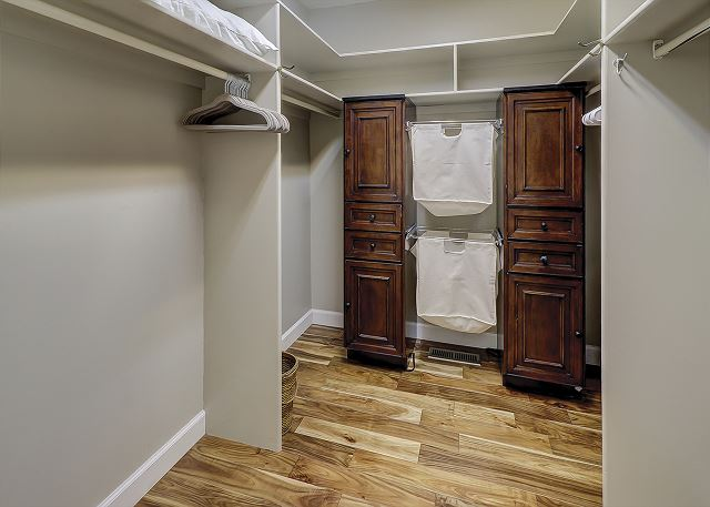Water Oak 33 - Master Bedroom Walk-In Closet - HiltonHeadRentals.com