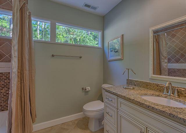 Water Oak 33 - Bedroom 3 Private Bath with Tub/Shower Combo - HiltonHeadRentals.com