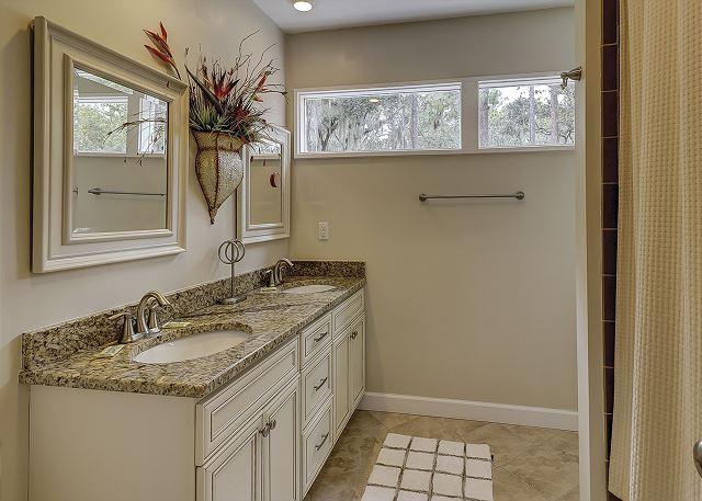 Water Oak 33 - Bedroom 3 Private Bath - HiltonHeadRentals.com