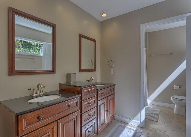 Water Oak 33 - Master Bath with Tub/Shower Combo - HiltonHeadRentals.com