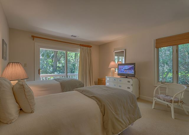 Promontory 15 - Bedroom 4 with Twin beds, Flat Screen TV & Private Bath - HiltonHeadRentals.com