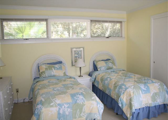Red Maple 20 - Bedroom 3 with Twin beds, Flat Screen TV & Private Bath - HiltonHeadRentals.com