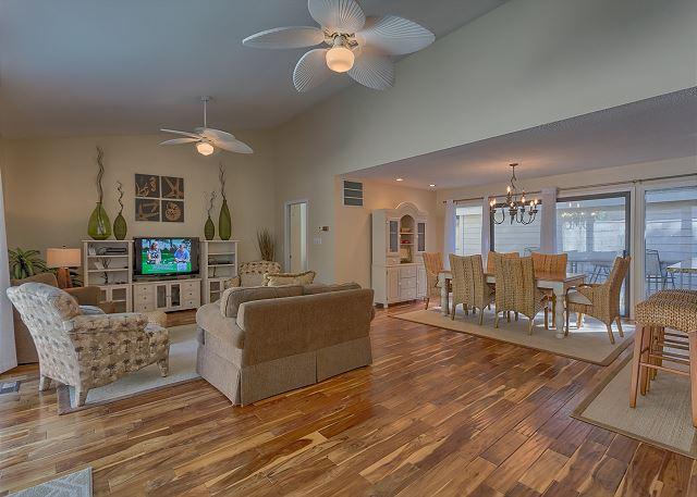 Water Oak 33 - Living Room with Flat Screen TV - HiltonHeadRentals.com