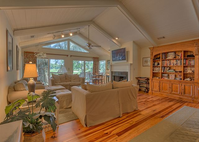 Promontory 15 - Spacious Living Room with Flat Screen TV - HiltonHeadRentals.com
