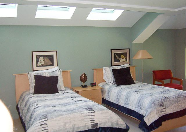Bedroom 4 with Twin beds & Private Bath