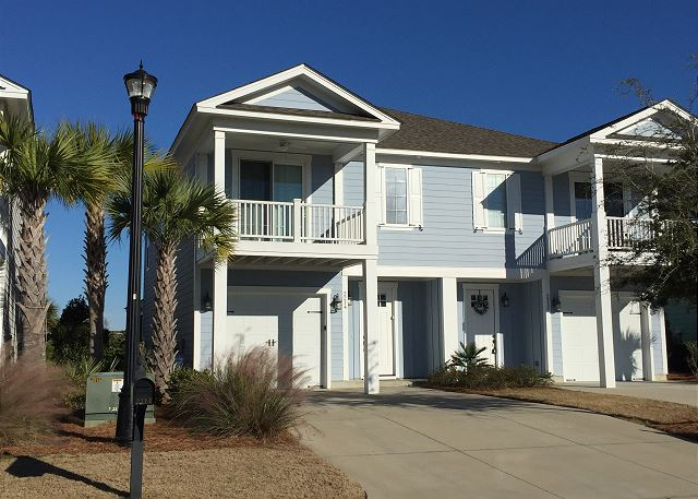 Townhouse located in North Myrtle Beach,5 minute drive to shopping at Barefoot Landing and the beaches of North Myrtle Beach.