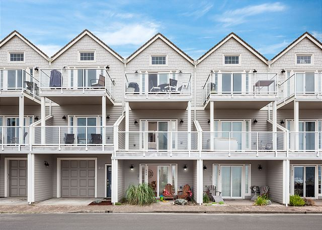 Tri-level townhome - on a dead-end street across from the sand