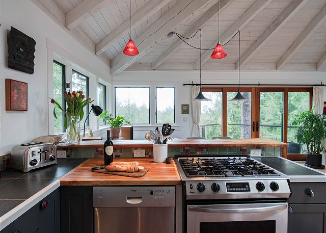 Gas range and all-stainless appliances will delight the chefs in your group