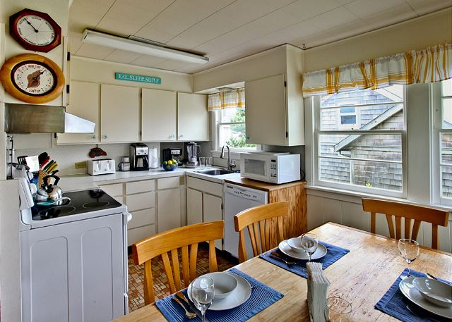 Bright, fully equipped kitchen incl. blender, coffee maker, waffle iron, spices