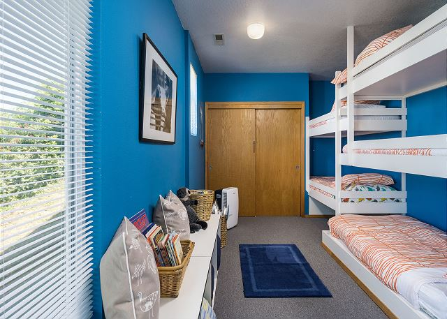 Cheerful bunk room with 5 twin bunks