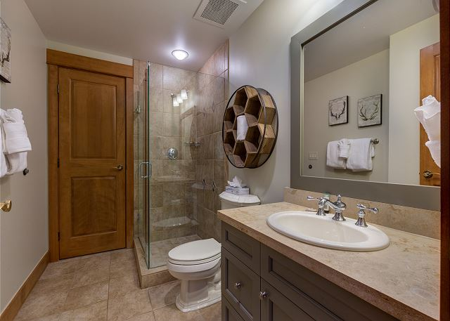 The guest bathroom shared by both guest bedrooms.