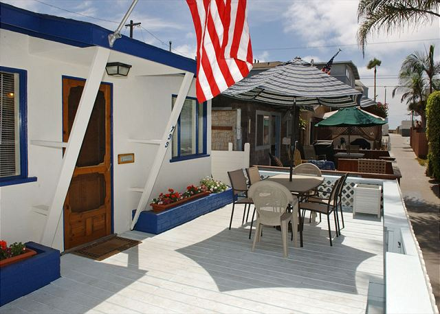 Quaint 1 Bedroom 1 Bath with 2 parking spaces and large deck. - San Diego, California
