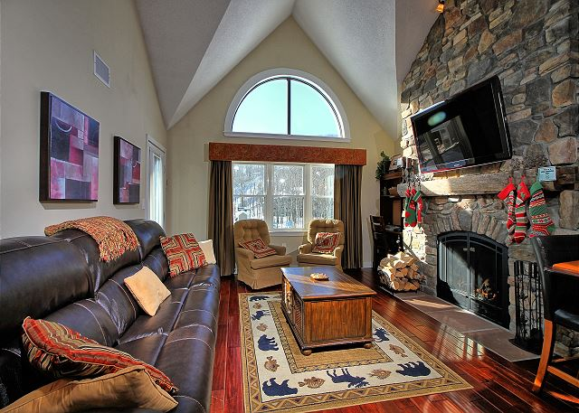 The living room of Winterplace G303 at Okemo