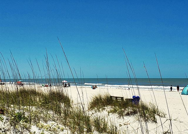 Pass-A-Grille Beach offers plenty of space when it comes to a family day at the shore. Setup Sun Shade, chairs, your fresh drink cooler and more. The sidewalk runs over 20 blocks from end to end offering plenty of scenic views along with restaurants and s