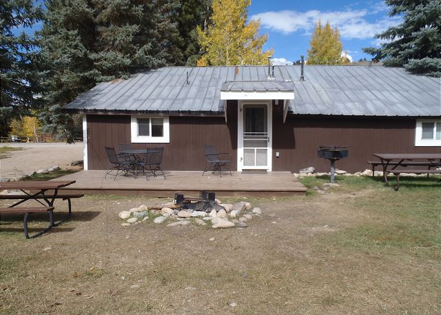 Rear entry w/deck, fire pit and picnic table