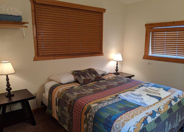 Back bedroom (riverside) w/ queen bed