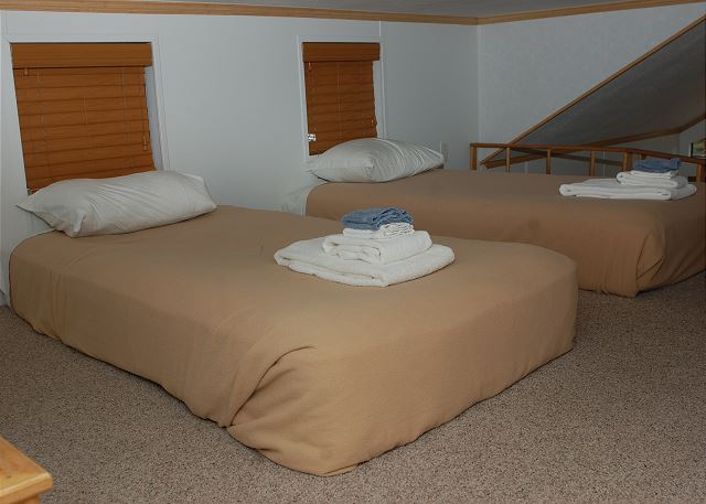Low ceiling loft twin beds