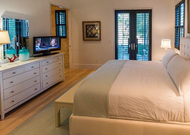 1st Floor: Queen Bedroom
