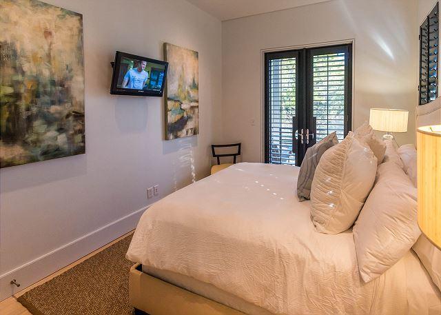 2nd Floor: Queen Bedroom