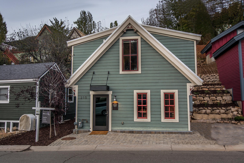 Modern Downtown Ski Cottage