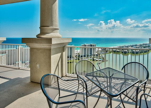 2BR Stunning Top Floor Condo w/ Pool Views