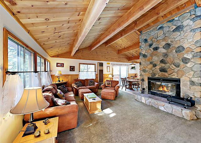 Big Bear Lake CA Vacation Rental Cozy living area
