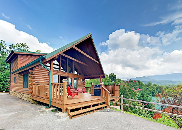 3BR Cabin w/ Mountain Views, Billiards & Hot Tub