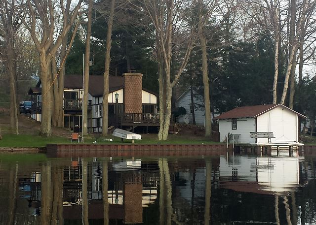 House sits right on the edge of all sports Hamlin Lake.