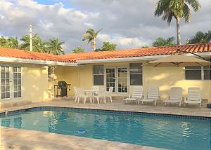 Casa Divina 4/3.5 for 10 Large Pool 1 MI to BEACH