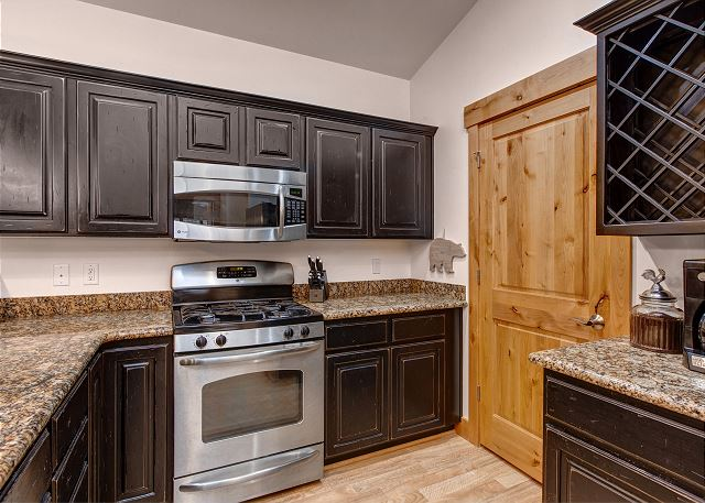 Fully Equpped Kitchen, Stainless Steele Appliances and Granite Counter Tops