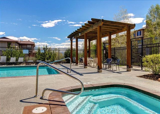 Pool (summer) - Large Hot Tub (all year)
