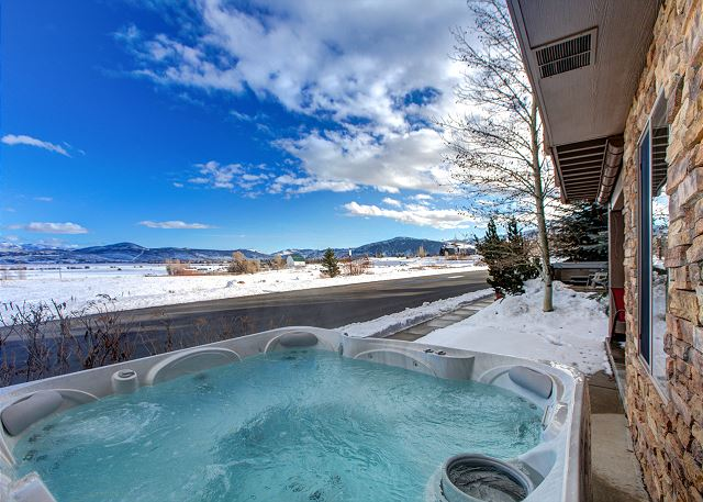 Large Private Hot Tub-Soak Away Your Day and Soak in the Views!