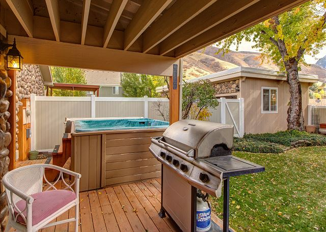 Fences Back Yard with Private Hot Tub and BBQ - Perfect for Relaxing and Entertaining