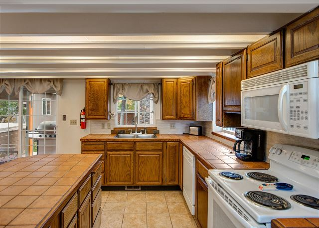 Large Fully Equipped Kitchen wit Comfortable Dining Area