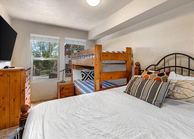 2nd bedroom- Queen bed + Twin-over-Twin Bunk, TV