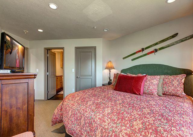 Master Bedroom - King-sized bed, HD TV, en suite bathroom