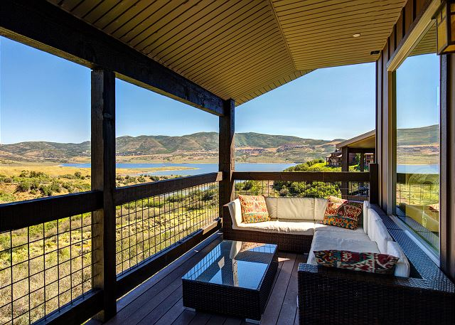 Balcony with VIEWS and comfortable seating (summer(