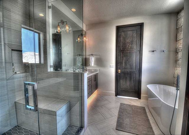 Main Level King Master En Suite Bathroom