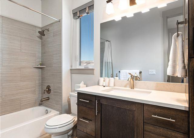 Lower Level Full Bedroom En Suite Bathroom