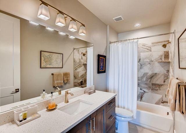 Bunk Room En Suite Bathroom with Tub/Shower Combo