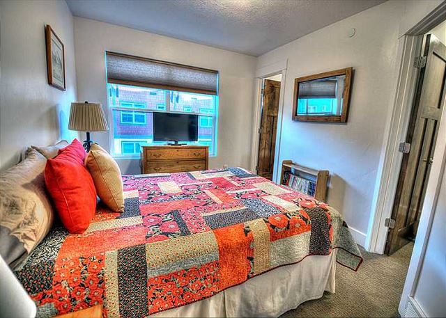". Both rooms have Queen-sized beds, en suite full bathrooms (one with a separate tub), 42"" HD Smart TVs, and beautiful views."