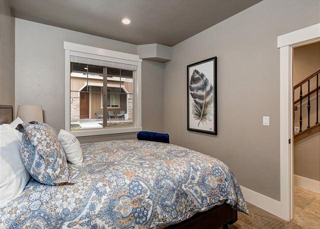 Lower Level Queen Master Bedroom - with En Suite Bathroom